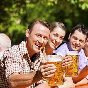 Glückliche Gewinner sitzen im Biergarten